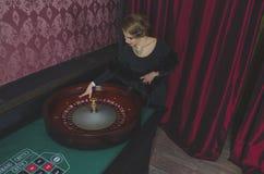 Schönes Mädchen im Kasino ist Roulette Stockbilder