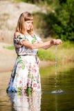 Schönes Mädchen im Kleid auf dem Fluss Lizenzfreies Stockbild