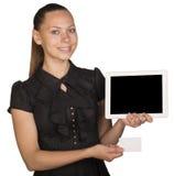 Schönes Mädchen im Kleid, das leere weiße Karte hält Stockfotografie