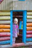 Schönes Mädchen im kleinen Holzhaus Stockbilder