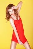 Schönes Mädchen im kurzen roten Kleid stockfoto