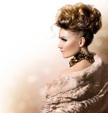 Schönes Mädchen im Luxuspelzmantel Stockfotos
