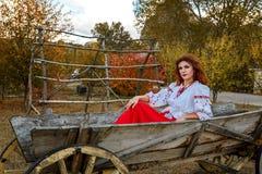 Schönes Mädchen im nationalen slawischen Kostüm stockfotografie