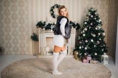 Schönes Mädchen im neuen Jahr mit Geschenken Stockbilder