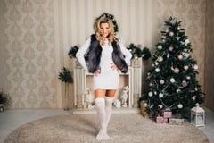 Schönes Mädchen im neuen Jahr mit Geschenken herum Lizenzfreie Stockfotos