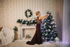 Schönes Mädchen im neuen Jahr mit Geschenken um Lizenzfreie Stockfotos
