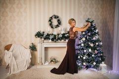 Schönes Mädchen im neuen Jahr mit Geschenken um Lizenzfreies Stockfoto