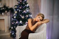 Schönes Mädchen im neuen Jahr mit Geschenken um Stockfoto