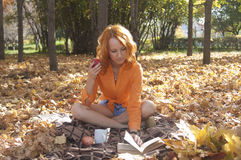 Schönes Mädchen im Park Stockfoto