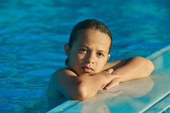 Schönes Mädchen im Pool Stockfotografie