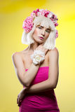Schönes Mädchen im rosa Kleid mit Blumenhauptzusatz Stockbilder