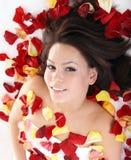 Schönes Mädchen im rosafarbenen Blumenblatt. lizenzfreies stockbild
