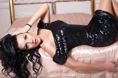 Schönes Mädchen im schwarzen Kleid Stockfotos