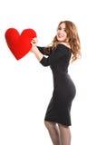 Schönes Mädchen im schwarzen Kleid mit Rot hören auf einem weißen Hintergrund Stockbild