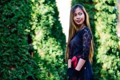 Schönes Mädchen im schwarzen Weinlesekleider- und -handhandschuh Frau im Retro- Kleid Retro- Art und Weise Rote Lippen Stockfotos