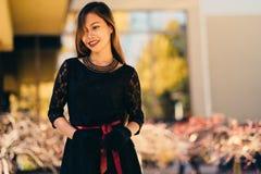 Schönes Mädchen im schwarzen Weinlesekleider- und -handhandschuh Frau im Retro- Kleid Retro- Art und Weise Rote Lippen Stockbild