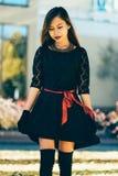 Schönes Mädchen im schwarzen Weinlesekleider- und -handhandschuh Frau im Retro- Kleid Retro- Art und Weise Rote Lippen Lizenzfreies Stockbild