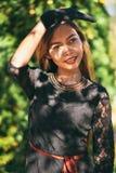 Schönes Mädchen im schwarzen Weinlesekleider- und -handhandschuh Frau im Retro- Kleid Retro- Art und Weise Rote Lippen Lizenzfreie Stockfotos