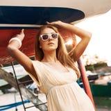Schönes Mädchen im Sommerkleid am Seepier Stockbild