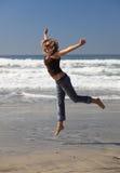 Schönes Mädchen im Sprung Lizenzfreies Stockbild