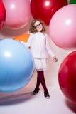 Schönes Mädchen im vollen Wachstumsschulmädchen nahe bei dem großen Ballon Lizenzfreie Stockfotografie