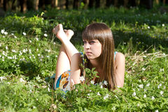 Schönes Mädchen im Wald auf Blumenfeld Lizenzfreies Stockfoto