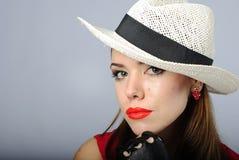 Schönes Mädchen im weißen Hut Lizenzfreies Stockfoto