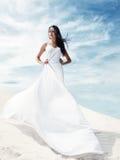 Schönes Mädchen im weißen Kleid lizenzfreie stockfotografie
