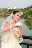 Schönes Mädchen im weißen Kleid der Braut lizenzfreie stockfotografie