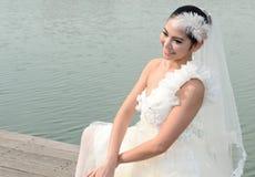 Schönes Mädchen im weißen Kleid der Braut lizenzfreie stockbilder