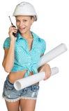 Schönes Mädchen im weißen Sturzhelm, kurze Hosen mit Hemd Lizenzfreies Stockfoto