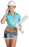 Schönes Mädchen im weißen Sturzhelm, kurze Hosen mit Hemd Stockbild