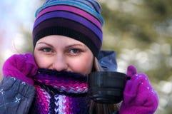 Schönes Mädchen im Winter lizenzfreies stockbild
