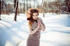 Schönes Mädchen im Winterwald Lizenzfreie Stockfotos