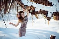 Schönes Mädchen im Winterwald Stockbild