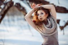 Schönes Mädchen im Winterwald Lizenzfreies Stockfoto