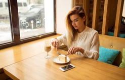 Schönes Mädchen isst Kuchen Lizenzfreies Stockfoto