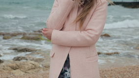 Schönes Mädchen ist nahe dem Meer traurig stock video footage