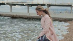 Schönes Mädchen ist nahe dem Meer traurig stock video