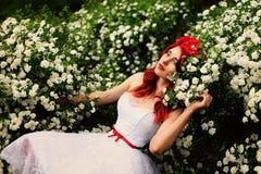 Schönes Mädchen (25 Jahre alt) im weißen Hochzeitskleid Stockfotografie