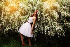 Schönes Mädchen (25 Jahre alt) im weißen Hochzeitskleid Lizenzfreies Stockfoto