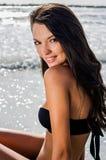 Schönes Mädchen am Küstenlächeln Stockbilder