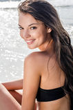 Schönes Mädchen am Küstenlächeln Lizenzfreies Stockbild