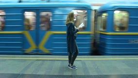 Schönes Mädchen Kiews Academ 22-12-2018, das in der U-Bahn ein Buch liest stock footage