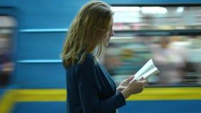 Schönes Mädchen Kiews Academ 22-12-2018, das in der U-Bahn ein Buch liest stock video