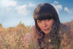 Schönes Mädchen liegt in den wilden Blumen Lizenzfreie Stockfotografie