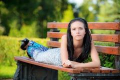 Schönes Mädchen liegt im Park Stockfotos