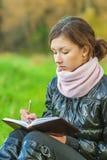 Schönes Mädchen liest Buch Stockbilder