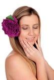 Schönes Mädchen lokalisiert mit einer Rose auf dem Haar Lizenzfreie Stockfotos