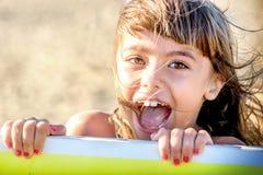 Schönes Mädchen mit acht Jährigen, das auf dem Strand lächelt lizenzfreie stockfotografie